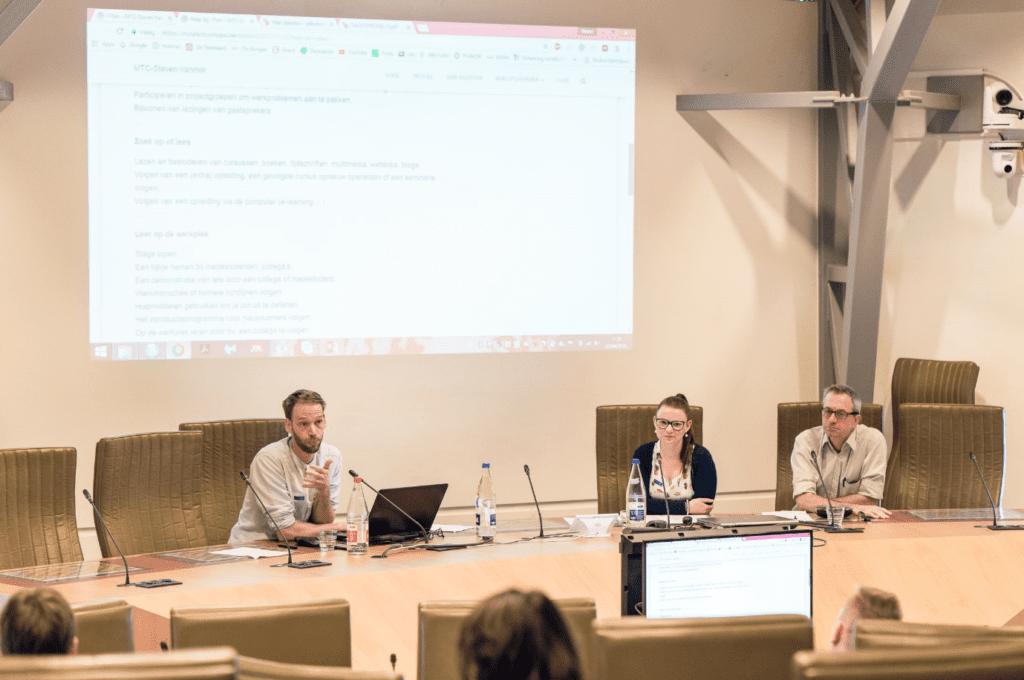 Coördinator Steven Vanmol,, opvolger Johan De Wilde en studente Ellen Bloem op een VLHORA-studiedag in het Vlaams Parlement.